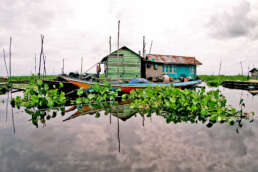 A family living on a floating house located in a branch of the Mahakam river in Borneo, Indonesia (Photo under Creative Commons license).
